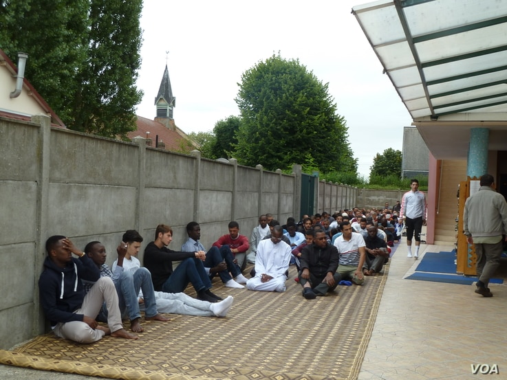 St. Etienne's mosque, next door to St. Therese, the Roman Catholic church that donated land for the mosque's construction, is thriving. An overflow group assembles outside for Friday prayers. (L. Ramirez/VOA)