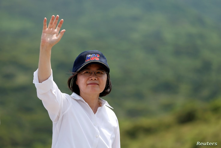 Taiwanese President Tsai Ing-wen waves after the annual Han Kuang military drill simulating the China's People's Liberation Army (PLA) invading the island, in Pingtung county, southern Taiwan, Aug. 25, 2016.