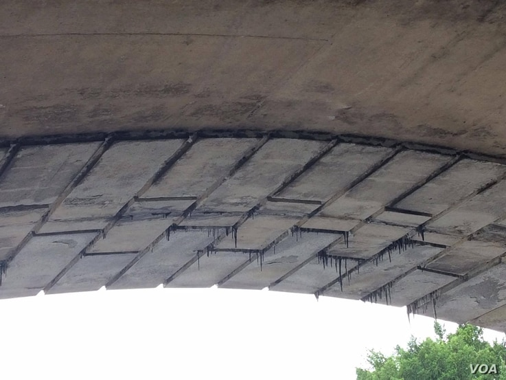 Looking out from underneath D.C.'s crumbling Memorial Bridge, Aug. 9, 2016.   (E. Sarai/VOA)