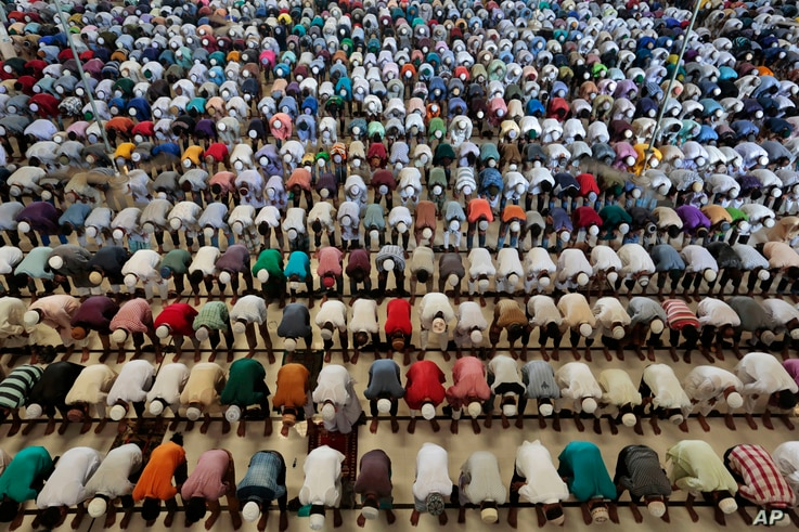 Bangladeshi Muslims offer prayers on the first Friday of Ramadan in Dhaka, Bangladesh, June 2, 2017. Muslims throughout the world are celebrating the holy fasting month of Ramadan.