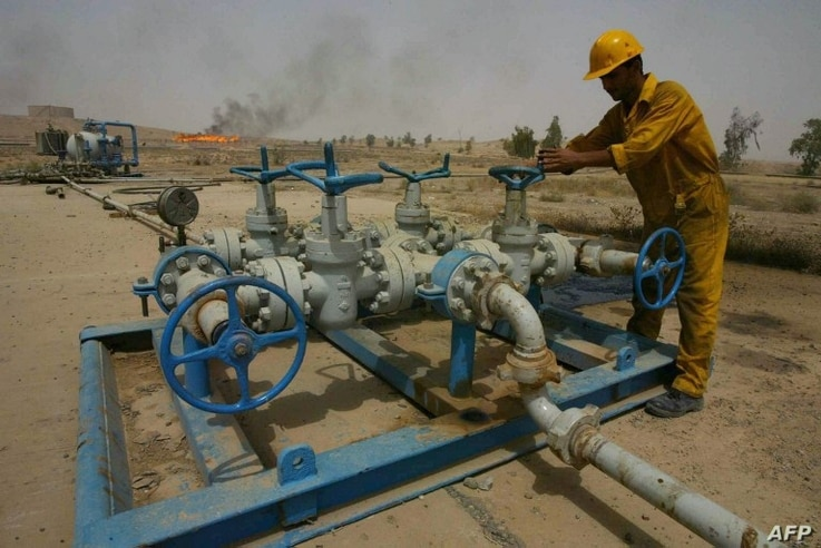 (File) An Iraqi worker checks the valves at the Kirkuk oil field on June 29, 2009, 225 kms from the capital Baghdad.