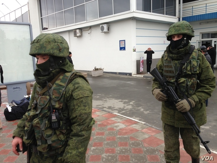 Unidentified gunmen on patrol at Simferopol Airport in Ukraine's Crimea peninsula, Feb. 28, 2014 (Elizabeth Arrott/VOA)