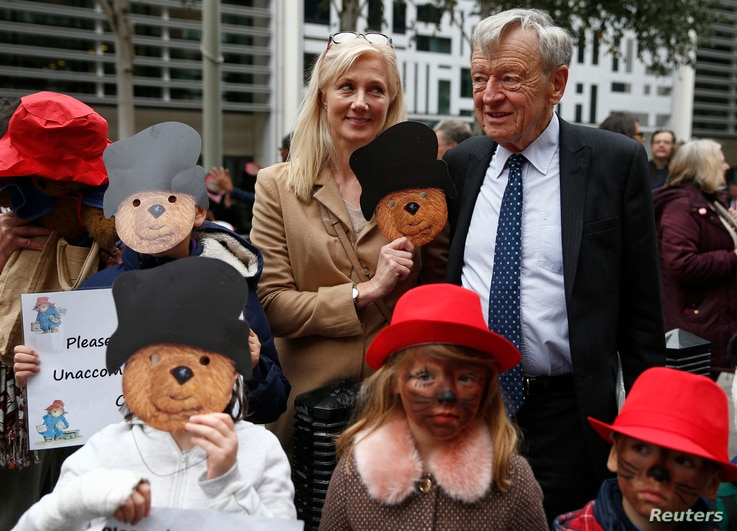 Actress Joely Richardson (C) stands with Alf Dubs and demonstrators portraying Paddington Bear, during a protest highlighting the plight of child refugees, outside the Home Office in London, Oct.  24, 2016.