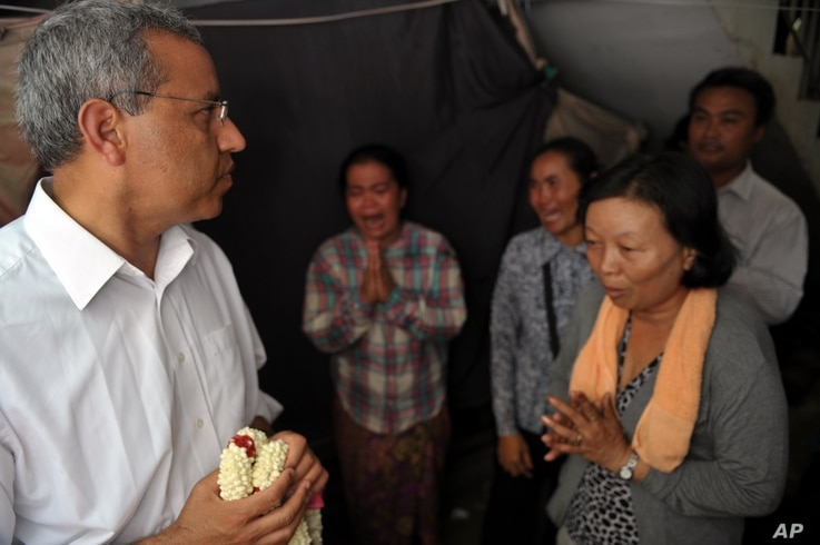 Surya Subedi (L), UN special rapporteur on the situation of Human Rights in Cambodia looks towards Cambodian residents during his visit to Borei Keila community in Phnom Penh.