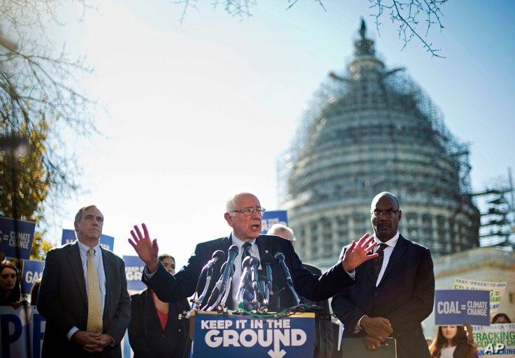 Democratic presidential candidate Sen. Bernie Sanders, center, and Sen. Jeff Merkley (l) announce new climate legislation, Nov. 4, 2015, during a news conference on Capitol Hill in Washington.