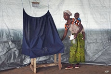 A Liberian woman casts her ballot during presidential elections at Klay town just outside the capital Monrovia, Liberia, November 8, 2011.