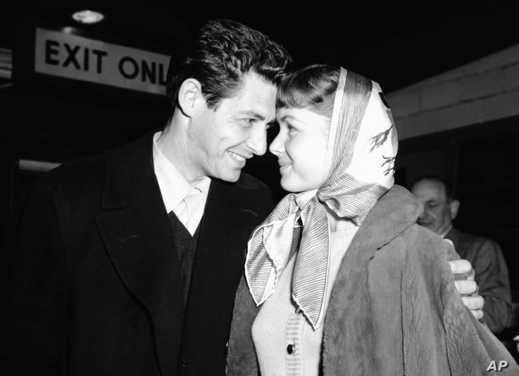 Singer Eddie Fisher and his fiancée, actress Debbie Reynolds, have eyes only for each other at Idlewild Airport, April 19, 1955, in New York on arriving by plane from England. Eddie performed at the London Palladium and both he and Debbie appeared ...