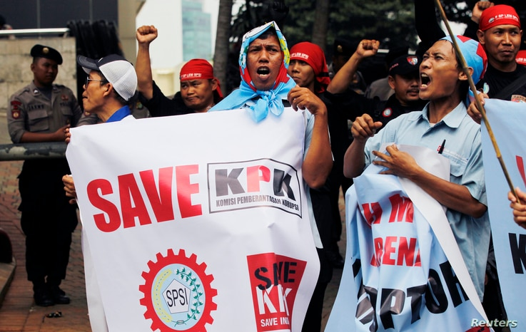 Protesters shout slogans during a rally to support the Corruption Eradication Commission (KPK) outside the KPK office in Jakarta Oct. 8, 2012.