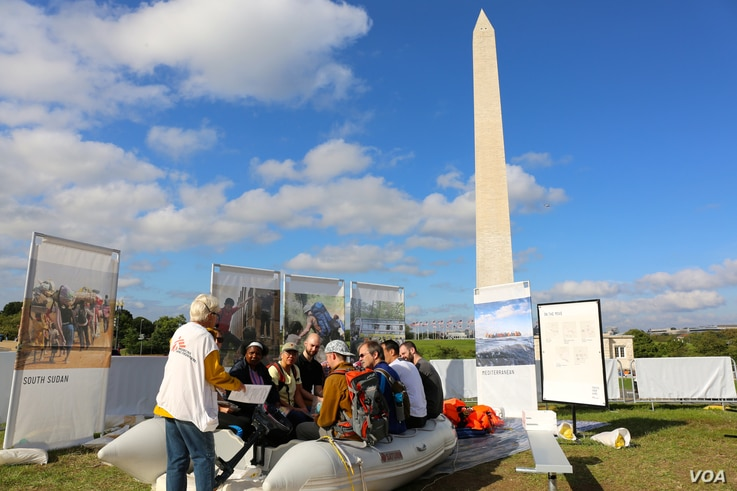 A raft on the National Mall in Washington, D.C. helps demonstrate the plight of refugees and displaced people must endure to escape war and persecution (B. Allen/VOA).
