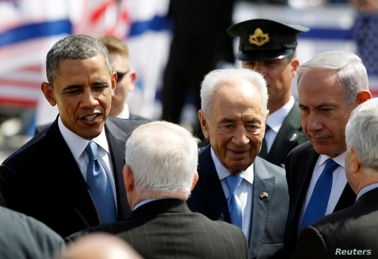 U.S. President Barack Obama, Israeli President Shimon Peres and Israeli Prime Minister Benjamin Netanyahu speak with greeters at Ben Gurion International Airport in Tel Aviv, March 20, 2013.