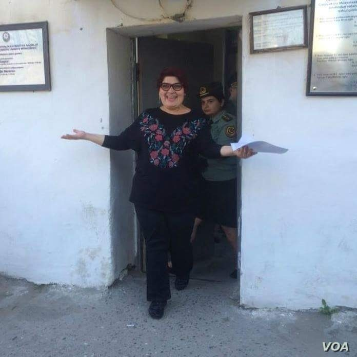 RFE/RL Journalist Khadija Ismayilova walks out of prison, after her sentence is reduced, May 25, 2016. (Photo: VOA Azeri Service)