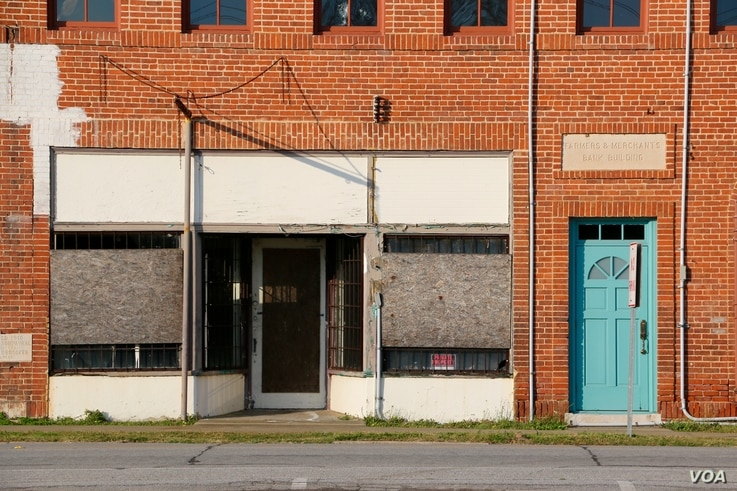 In Eastover, South Carolina, a 30-minute drive from Columbia, there is no grocery store or high school, and the one bank on Main Street closed its doors in 2014. (B.Allen/VOA)