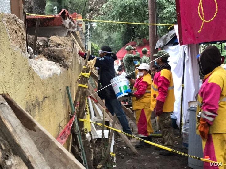 View of scene where rescuers are searching for survivors after Tuesday's massive 7.1 earthquake in Mexico City, Mexico, Sept. 21, 2017. (Photo: C. Mendoza / VOA )