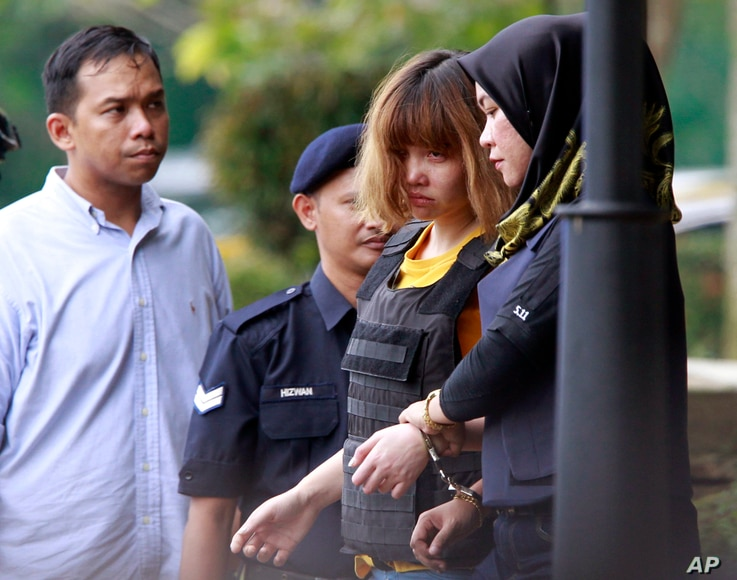 Vietnamese suspect Doan Thi Huong (second from right) is escorted by police officers from court in Sepang, Malaysia, March 1, 2017. Two young women accused of smearing VX nerve agent on Kim Jong Nam, the estranged half brother of North Korea's leade...
