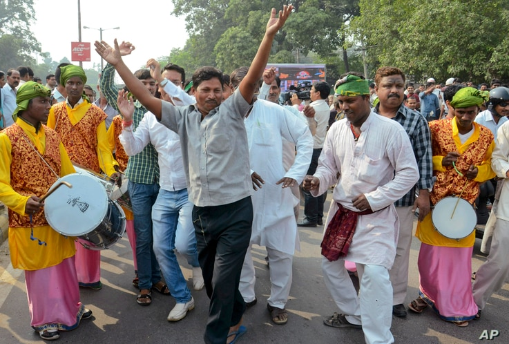 Supporters of an alliance of parties opposed to India's ruling Bharatiya Janata Party celebrate victory in Bihar state elections Nov. 8, 2015. (AP Photo/Aftab Alam Siddiqui)