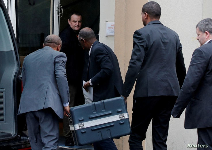 Men unload a case containing the black boxes from the crashed Ethiopian Airlines Boeing 737 MAX 8 outside the headquarters of France's BEA air accident investigation agency in Le Bourget, north of Paris, France, March 14, 2019.