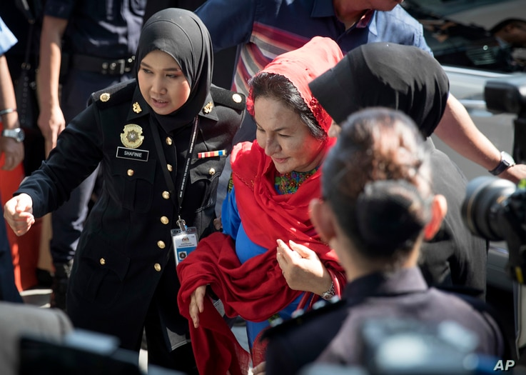 Rosmah Mansor, center, wife of former Malaysian prime minister Najib Razak, arrives at the country's Anti-Corruption Agency for questioning in Putrajaya, Malaysia, June 5, 2018.