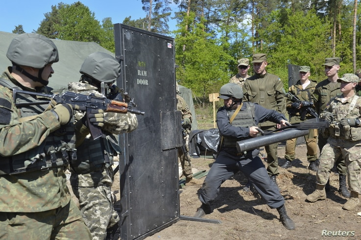 Ukrainian soldiers and servicemen of the U.S. Army's 173rd Airborne Brigade Combat Team take part in a joint military exercises in Yavoriv, outside Lviv, Ukraine, May 12, 2015.