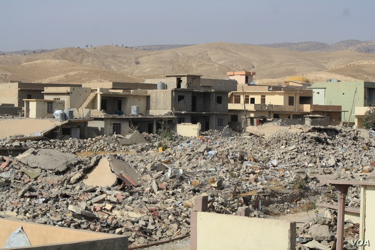 Soldiers say buildings were destroyed by IS bombs and fires, as well as coalition airstrikes, in Sinjar, Iraq, Nov. 14, 2016. (H.Murdock/VOA)