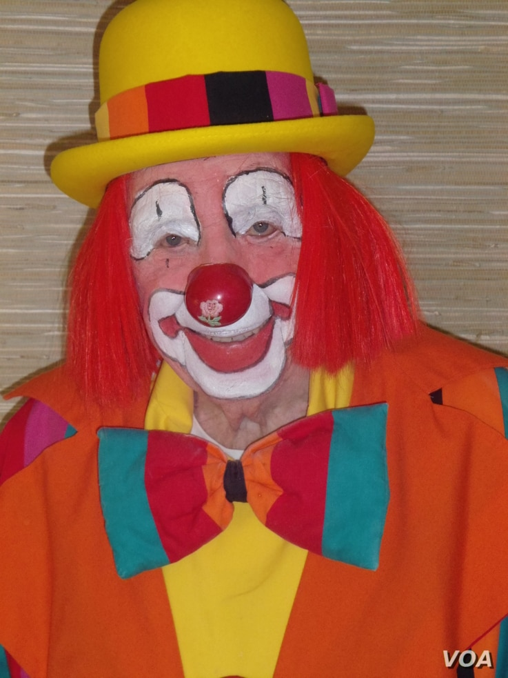 "Floyd ""Creeky"" Creekmore, 95, is recognized as the world's oldest performing clown by the Guinness Book of World Records as the world's oldest performing clown. (J. Kent/VOA)"