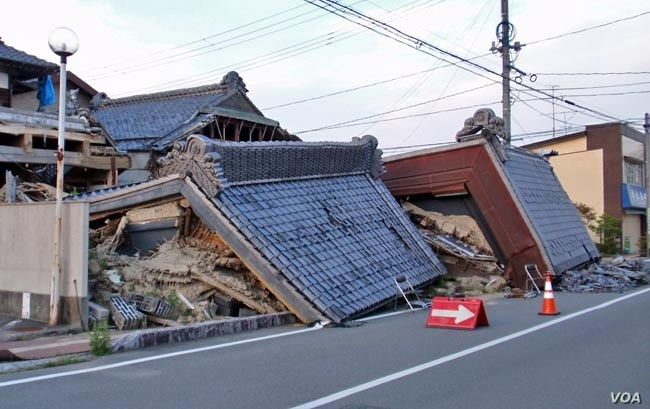 In one district of Minamisoma, which was just recently removed from the nuclear no-go zone, signs of the earthquake and tsunami are still very apparent. (T. Banse/VOA)