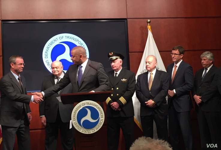 US Transportation Secretary Anthony Foxx introduces task force member Brian Wynne, President & CEO of the Association for Unmanned Vehicle Systems International, at the U.S. Transportation Department in Washington, D.C., Oct. 19, 2015. (VOA / C. Pres...
