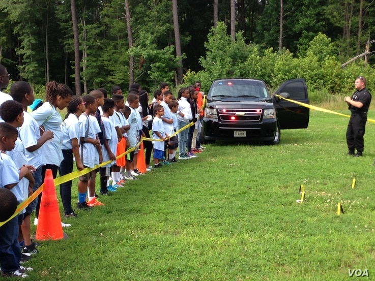Detective Frank Wulff with the Maryland National Capital Park Police demonstrates a mock crime scene investigation during Cops Camp in Maryland, July 2015. (J. Taboh/VOA)
