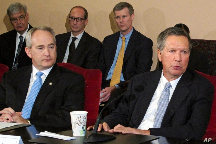 FILE – Ohio Gov. John Kasich, front right, and Ohio Senate President Keith Faber, front left, both Republicans, discuss the state budget, June 26, 2015, at the Statehouse in Columbus, Ohio. Ohio is resuming executions using a three-drug combinatio...