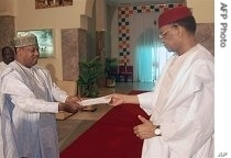Niger's Prime Minister Hama Amadou (L) hands over his cabinet resignation to President Mamadou Tanja at the Presidential Palace in Niamey, 01 Jun 2007