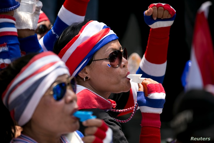 Anti-government protesters blow whistles as hundreds follow their leader Suthep Thaugsuban (not pictured) protesting at the Teachers Council of Thailand in central Bangkok April 4, 2014. REUTERS/Darren Whiteside (THAILAND - Tags: POLITICS CIVIL UNRES...