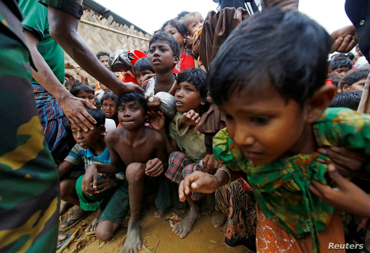 Rohingya refugee children struggle as they wait to receive food outside the distribution center at Palong Khali refugee camp near Cox's Bazar, Bangladesh, November 17, 2017. REUTERS/Navesh Chitrakar     TPX IMAGES OF THE DAY - RC1E0396C4E0