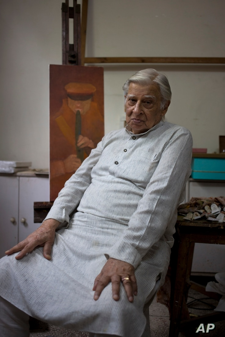 """Krishen Khanna, 92, an established artist, poses at his studio in New Delhi, India. Aug. 3, 2107. Khanna was 21 when his father declared one night, """"We've got to move."""" His family hurriedly left their home in Lahore, their belongings scattered ..."""