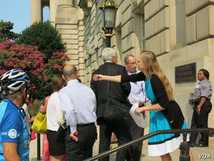 People lined up at EPA headquarters in Washington to testify on the proposed rule to cut emissions from U.S. coal plants, (Rosanne Skirble/VOA).