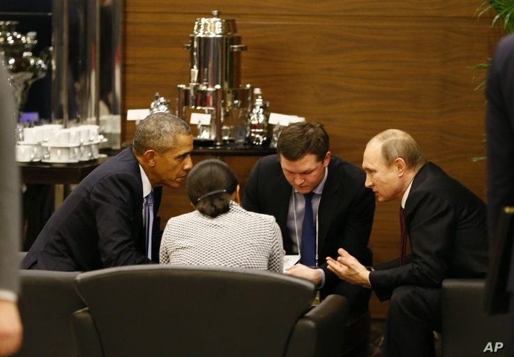 U.S. President Barack Obama, left, speaks with Russian President Vladimir Putin, right prior to the opening session of the G-20 summit in Antalya, Turkey, Nov. 15, 2015.
