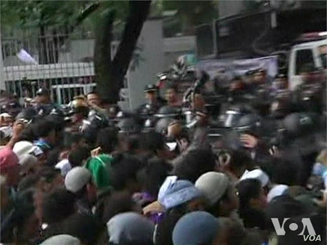 Islamic Protesters, Police Scuffle Outside US Embassy in Thailand