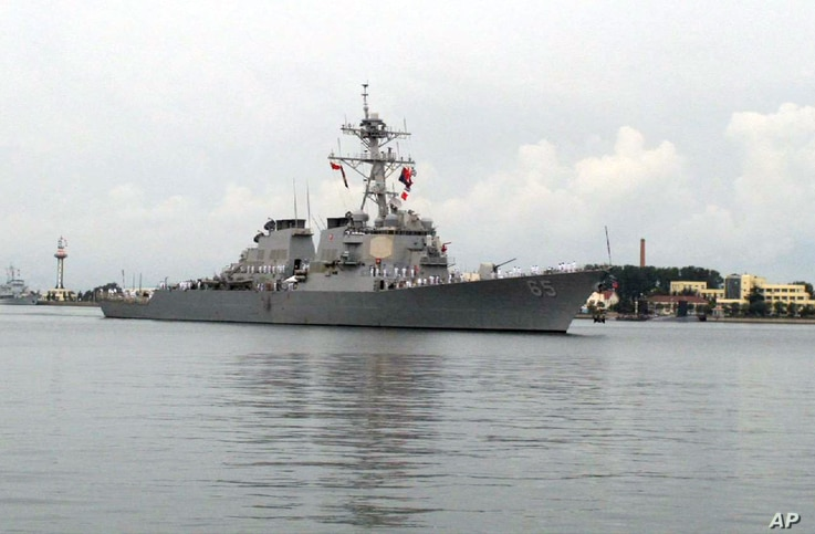 The guided missile destroyer USS Benfold arrives in port in Qingdao in eastern China's Shandong Province, Aug. 8, 2016.