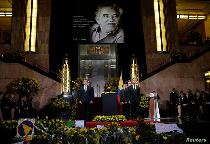 Colombia's President Juan Manuel Santos (L) and his Mexican counterpart Enrique Pena Nieto (R) stand next to an urn containing the ashes of late Colombian Nobel laureate Gabriel Garcia Marquez in Mexico City April 21, 2014. Both presidents, family me...