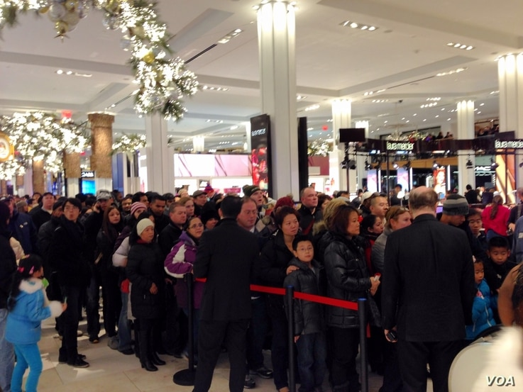 Shoppers line up to get on the escalator at Mac's Herald Square on Thanksgiving, Nov. 28, 2013. (Photo Sandra Lemaire)