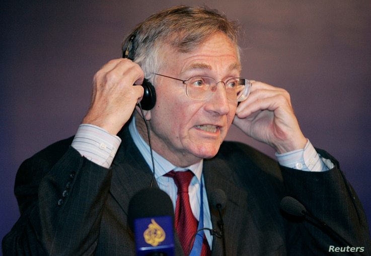 "FILE - Journalist Seymour Hersh speaks at the Al Jazeera Forum ""Media and the Middle East - Beyond the Headlines"" in Doha, Qatar, April 1, 2007."
