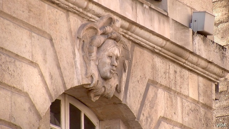 The bust of an African head is carved into a building in Bordeaux, France. (L. Bryant/VOA)