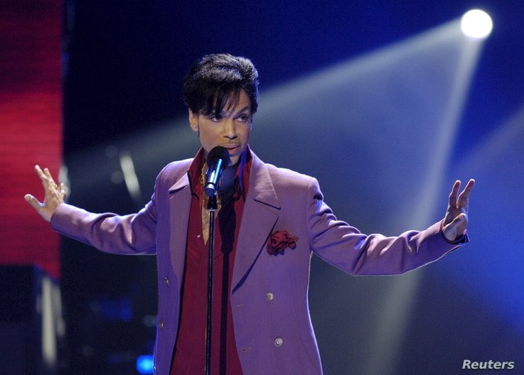 """Singer Prince performs in a surprise appearance on the """"American Idol"""" television show finale at the Kodak Theater in Hollywood, California, May 24, 2006."""