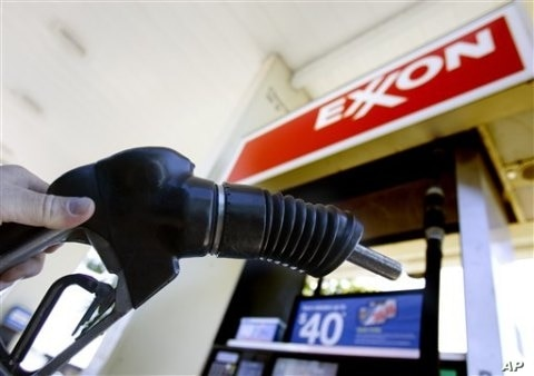 A customer holds a gas pump handle at an Exxon station in Vancouver, Washington (File Photo)