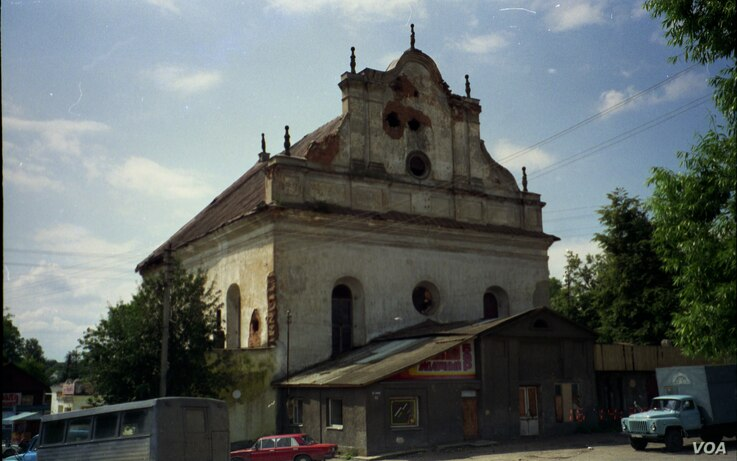 The Great Synagogue of Slonim is a baroque structure that has overlooked the Slonim town marketplace in Belarus since 1642.