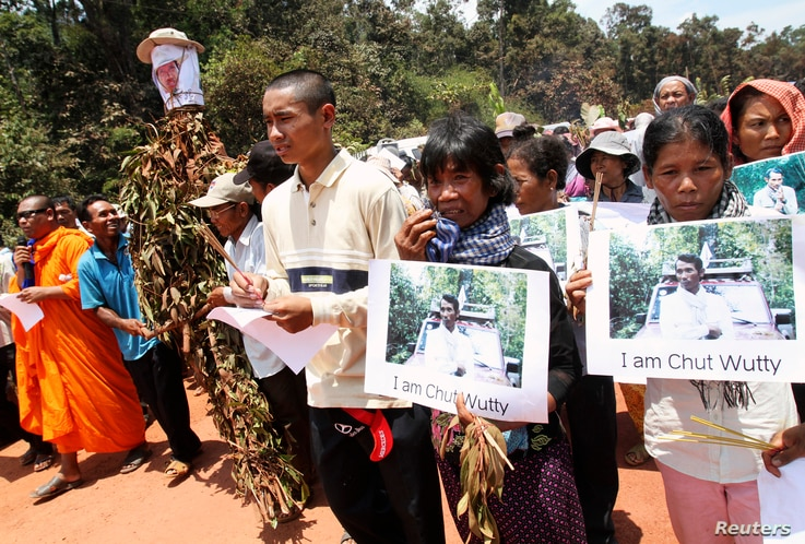 People march to the killing site of Cambodian anti-logging activist Chut Wutty in Koh Kong province, May 11, 2012.