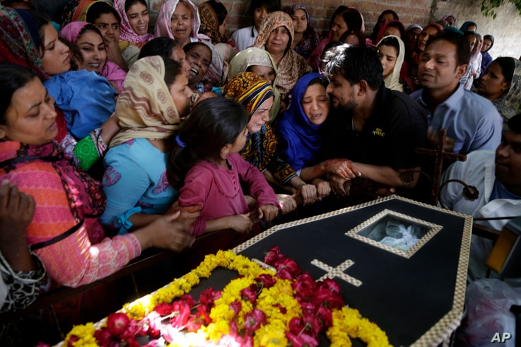 Pakistani Christian women mourn the death of Sharmoon who was killed in a bombing attack, in Lahore, Pakistan, March 28, 2016.
