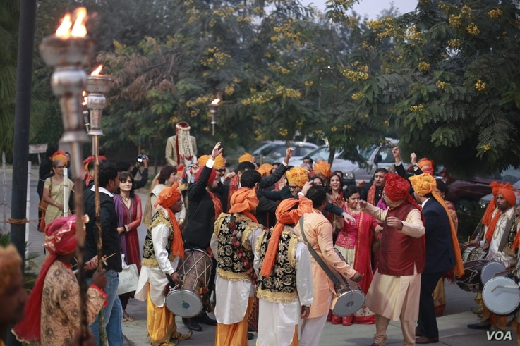 At colorful Indian weddings, grooms arrive on horses and chariots amid dancing and beating of drums. (A. Pasricha/VOA)