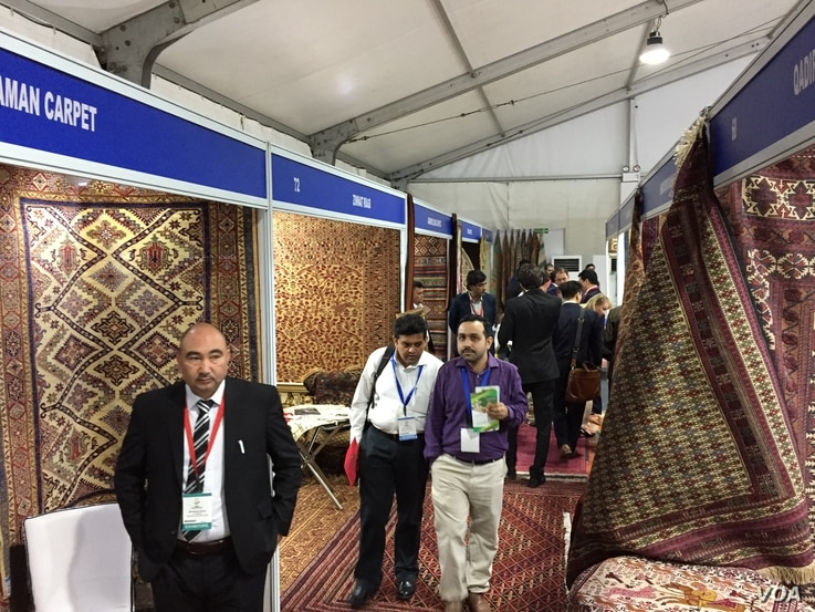 """Carpets were one of the popular items on display by Afghan businessmen who want to find new markets for their products, at the """"Passage to Prosperity"""" trade show in New Delhi, Sept. 27, 2017. (A. Pasricha/VOA)"""