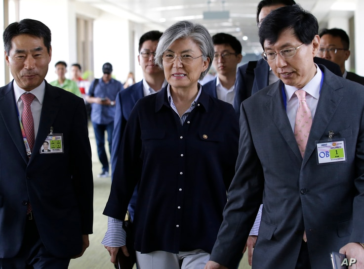 South Korean Foreign Minister Kang Kyung-wha, center, arrives to attend the 50th ASEAN Foreign Ministers' Meeting and its dialogue partners at the airport in Manila, Philippines, Aug. 5, 2017.