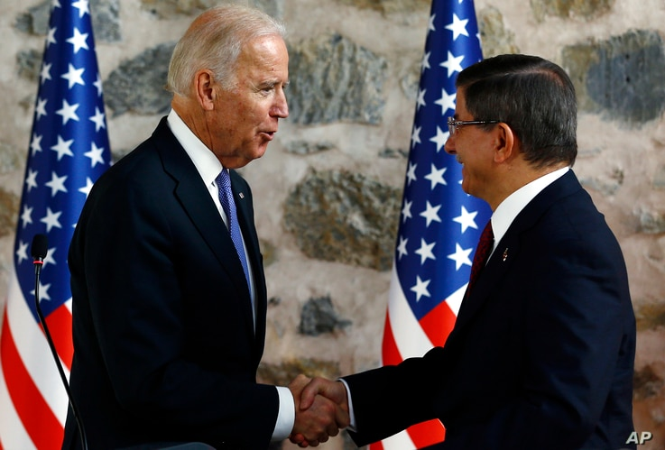 U.S. Vice President Joe Biden, left, shakes hands with Turkish Prime Minister Ahmet Davutoglu, right, following a joint news conference after their meeting in Dolmabahce Palace in Istanbul, Jan. 23, 2016.