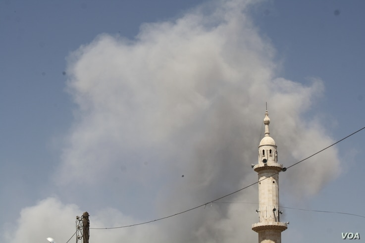 Airstrikes hit IS targets in Raqqa daily and families fleeing say civilian casualty numbers from the strikes are soaring, Aug. 21, 2017. (H.Murdock/VOA)